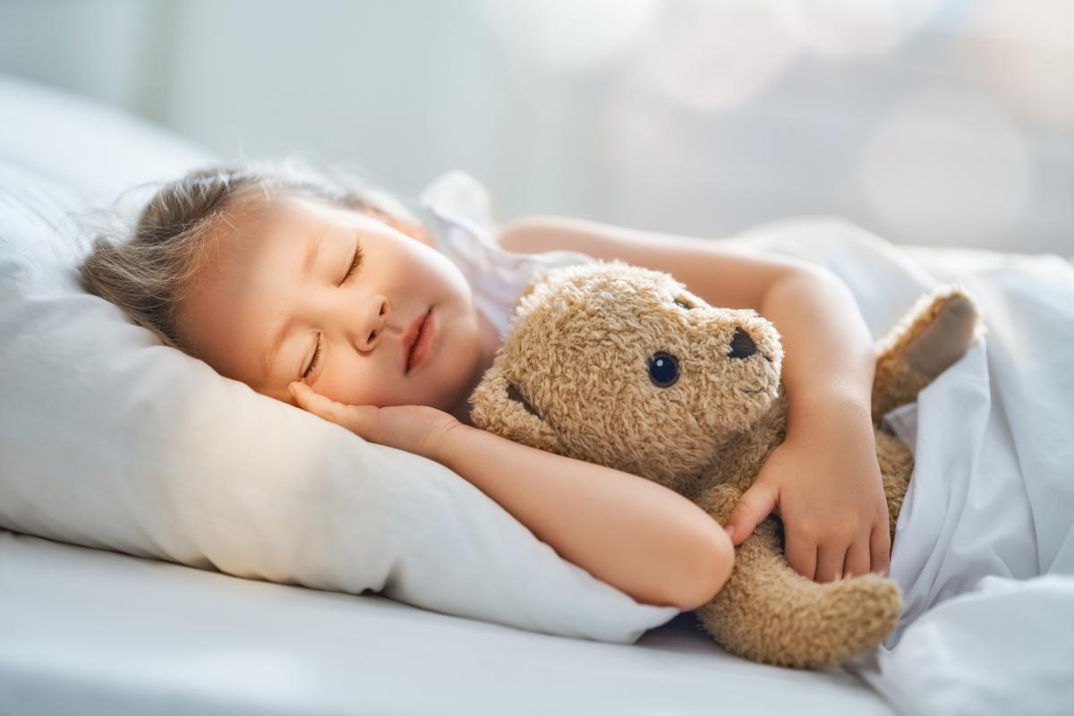 śpiące dziecko na poduszce